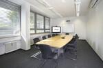 Die Objektausstatter Nord-Konferenzraum mit integrierter Medientechnik. Platte Furnier Birke oder Wenge, Vierecksäulenfuß für optimale Beinfreiheit.