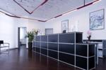 Brillantes Schwarz in Kombination mit kühlem Aluminium heißt Kunden herzlich willkommen. AMS